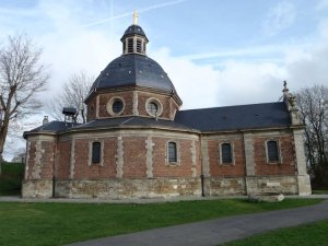The church at the top of the Kapelmuur made from the traditional pink bricks found across Flanders.